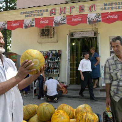 Parrakas mies myi meloneja Tadžikistanin pääkaupungissa Dušanbessa elokuussa 2012.