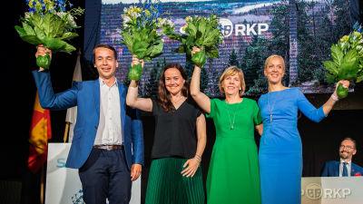 Henrik tillsammans med ordförande Anna-Maja Henriksson och de övriga nyvalda vice ordförandena Silja Borgarsdóttir Sandelin och Sandra Bergqvist. Alla ler och viftar med blombuketter.