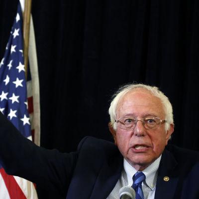 Bernie Sanders med höger hand i luften.