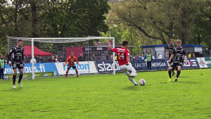 Youness Rahimi skjuter mot FC Lahtis mål.