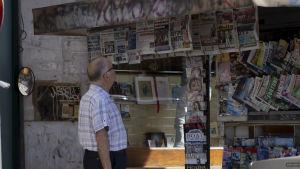 Man ser på tidningar