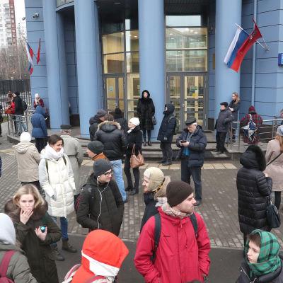 Moskvabor står utanför en domstol i Moskva.