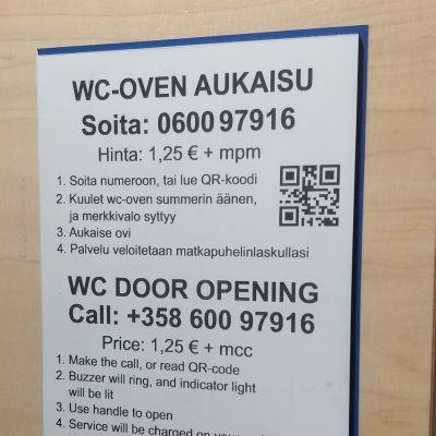 Wc:n oven aukaisuohjekyltti.