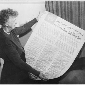 Eleanor Roosevelt visar upp FN:s deklaration för de mänskliga rättigheterna på spanska