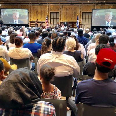 President Trump i videohälsnng till salen med nya medborgare.