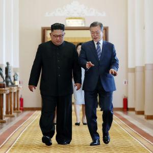 Kim Jong-un och Moon Jae-in går i en korridor.