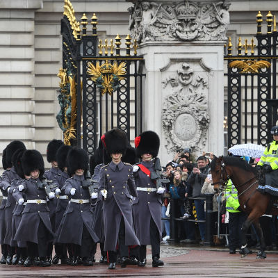 Vaktombyte vid Buckingham Palace i London.