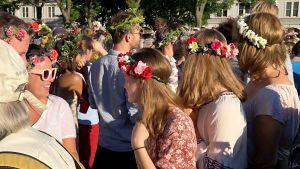 Dans och svenskt firande runt midsommarstången i New York.