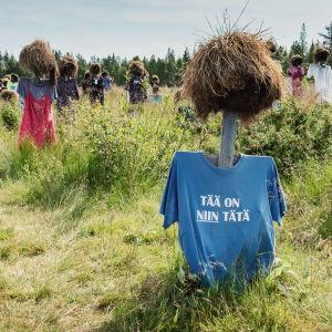 """Hiljainen kansa -teoksen heinäseiväshahmo, jolla t-paita, jossa teksti """"Tää on niin tätä""""."""