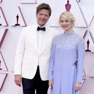 Thomas Vinterberg och hans fru Helene Reingaard Neumann på röda mattan från Oscarsgalan 2021.