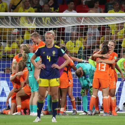 Svenska spelaren Hanna Glas deppar medan holländska spelare jublar i bakgrunden.