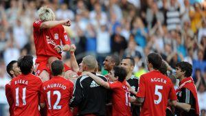 Sami Hyypiä bärs fram av lagkamrater i samband med avskedsmatchen för Liverpool 2009.