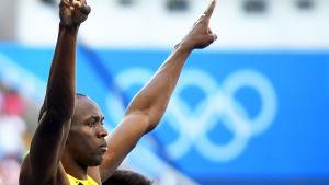 Usain Bolt lägger upp händerna mot himlen i Rio.