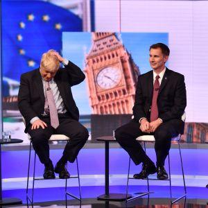 Storfavoriten Boris Johnson (till vänster) och tvåan Jeremy Hunt under tisdagens tv-debatt mellan de fem kvarvarande kandidaterna i tävlingen om att efterträda Theresa May.