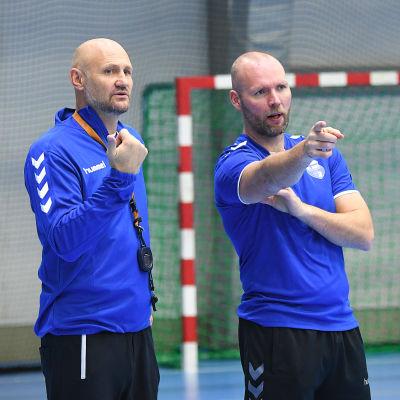 Finlands landslagstränare i handboll, Ola Lindgren och Teddy Nordling.