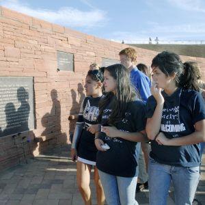 Elever i skolan i Columbine  ser på minnestavlor av dödsoffren i sin skola på 20-årsdagen av massakern den 20 april i år