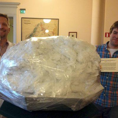 Meteoriitti pakattuna valmiina kuljetukseen.