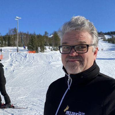 Yrittäjä Mika Puuronen Paljakan rinteiden juurella.