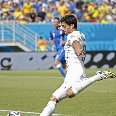 Luis Suarez sparkar boll.