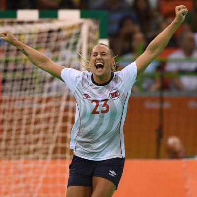 Norges Camilla Herrem jublar i matchen mot Sverige.