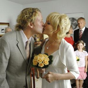 Kotikadun Kimmo Söder (Jarkko Sarjanen) ja Laura Mäkimaa (Pirjo Moilanen) menevät naimisiin. Suudelma vihkimisen jälkeen.