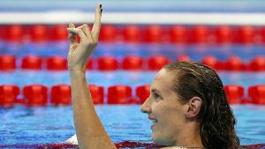 Katinka Hosszu med två fingrar i luften.