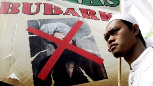 Indonesiska muslimer protesterar mot Ahmadiyya-muslimer och kräver att regeringen förbjuder rörelsen.