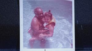 Count Basie ja tyttärensä Diane uimassa perhealbumin valokuvassa.