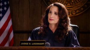 Draamasarja pikkukaupungin tuomarin elämästä. Pääroolin näyttelee Andie MacDowell.