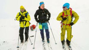 Ape Majava, Mikko Peltola ja Sami Sarsama vaeltavat ahkioiden kanssa Kolmen valtakunnan rajapyykin tienoilla.