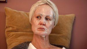 Merethe med en skönhetsmask utvikt över ansiktet.