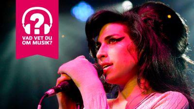Amy Winehouse sjunger i en mikrofon.