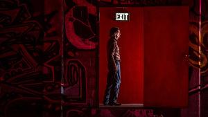 """Elokuvan Lucky (2017) nimihenkilö (Harry Dean Stanton) seisoo oviaukossa, yllä kyltti """"Exit"""""""