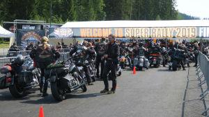 Moottoripyöriä menossa Super Rallyn porteista sisään.