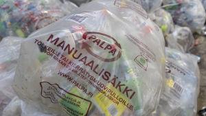 Käytettyjä muovipulloja pakattuina isohin muovisäkkeihin.