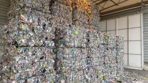 Muovipulloista puristettuja paaleja isossa kasassa