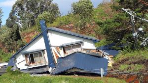 Ett hus som rasat samman i ett jordskred i Atsuma, nära skalvets epicentrum på ön Hokkaido.