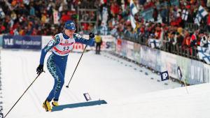 Virpi Kuitunen hiihtää Lahden MM-kisoissa 2001