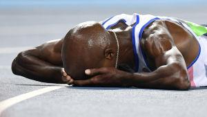 Mo Farah ligger på banan efter OS-guldet på 10000 meter, Rio 2016.