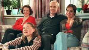Mäkimaat: Maija (Tiina Rinne), Pertti (Jukka Puotila), Eeva (Lena Meriläinen) ja Mirja (Inka Kiviharju) vuonna 2000.