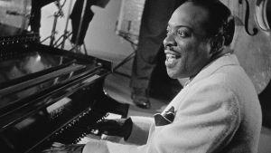 Count Basie pianon ääressä. Arkistokuva dokumenttielokuvasta Count Basie omin silmin.