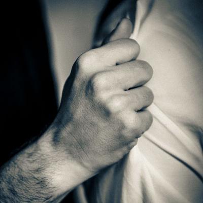 En knytnäve som har greppat en arm.