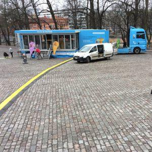 Lutherlastbilen framför Åbo Domkyrkan