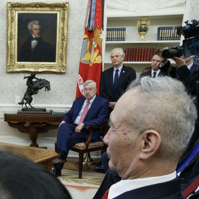Trump i talarpose inför kinesisk chefsförhandlare i välfyllda Ovala rummet.