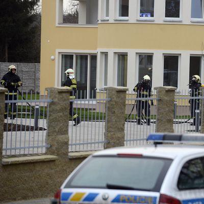 Polis och räddningsarbetare utanför Jamal al-Jamals residens