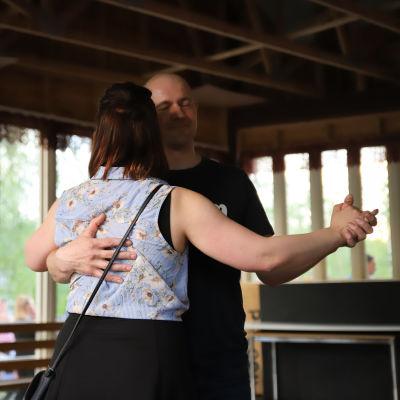 Mies ja nainen tanssivat.