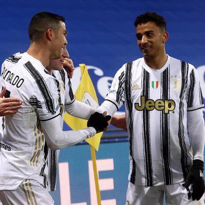 Cristiano Ronaldo juhlii seurakavereidensa kanssa.