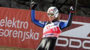 Björn Einar Romören sträcker händerna i luften.