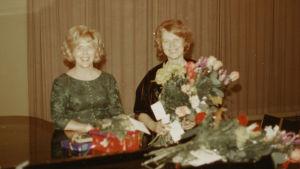 Meri Louhos ja Margit Tuura Porissa 1971 konsertin jälkeen.