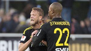 AIK-spelaren Carlos Strandberg tog strypgrepp på lagkamraten Daniel Sundgren.